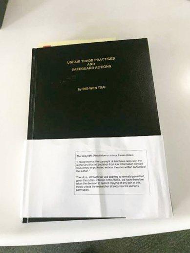 這是徐永泰博士2019年9月13日親自拍的蔡英文論文外殼。(徐永泰博士提供)