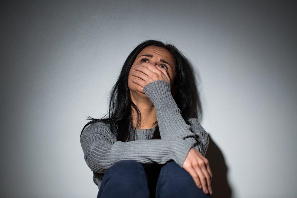一名女大生在Dcard抱怨父母沒錢生活還管香火,自己大學念一年就放棄。情境示意圖...