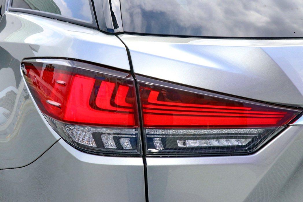 車尾則導入類似LS車系的L-shaped LED光條尾燈組。 記者陳威任/攝影