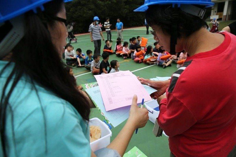 國小生從教室疏散後,災害緊急應變小組正在清點人數。 圖/作者自攝
