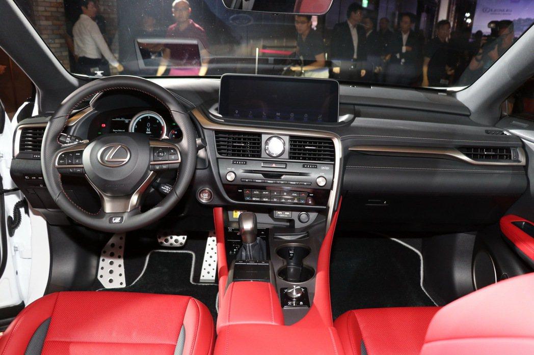 F SPORT車型專屬的環型運動化數位儀表板、真皮方向盤、換檔撥片及跑車化座椅。...
