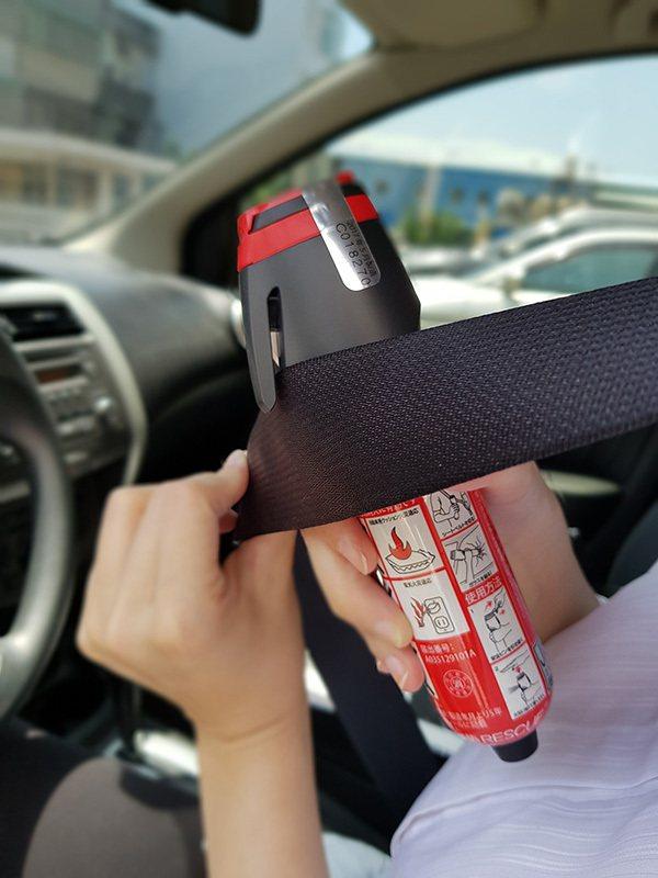 車用「脫困滅火棒」結合擊破車窗、割斷安全帶等功能,讓行車安全更升級。 圖/正德防...