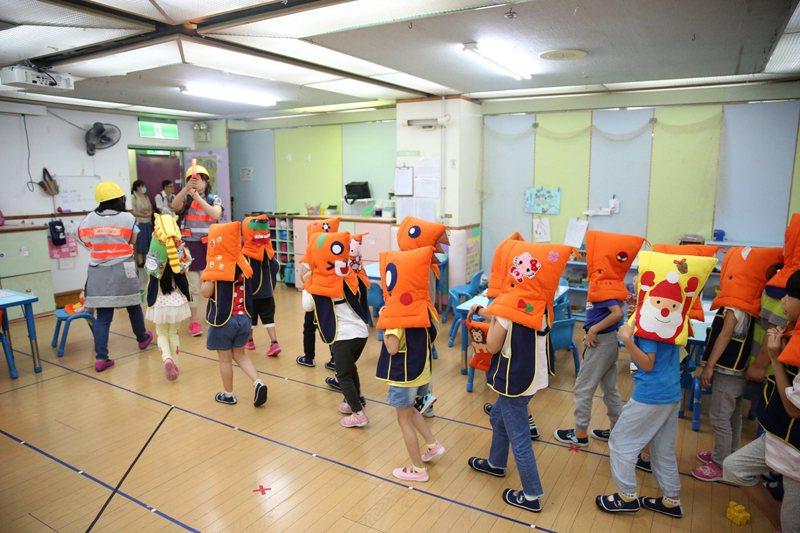 台灣社會對幼兒的安全,願意付出心力關注。圖為幼兒園進行避災演練。 圖/作者自攝
