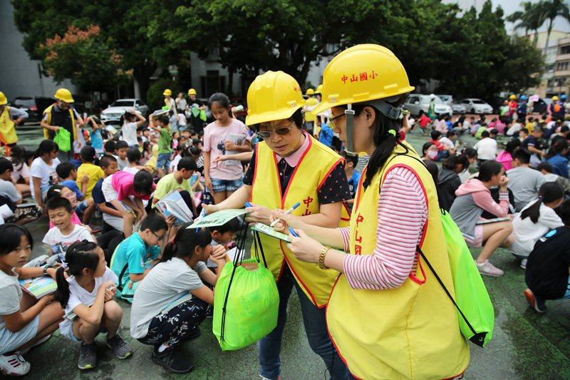 國小生在疏散集結後,由師長進行點名、確認人數。 圖/作者自攝