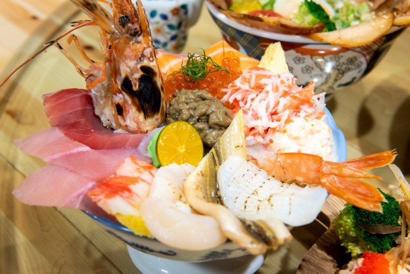 ▲海景丼上頭擺滿花枝、干貝、星鰻、鮪魚、鮭魚、旗魚、鯡魚、龍蝦沙拉、蟹膏、蟹肉絲...