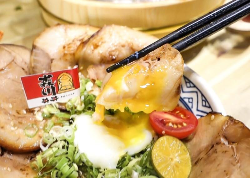 ▲叉燒肉沾著溫泉蛋一起吃也不賴。