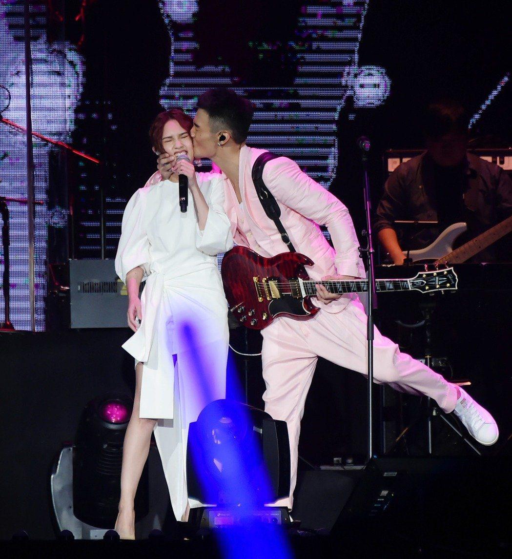 李榮浩(右)2017年在演唱會上霸氣親吻女友楊丞琳。 圖/聯合報系資料照