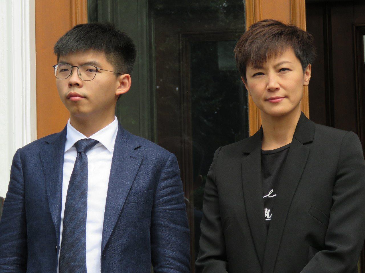 香港眾志秘書長黃之鋒(左)、歌手何韻詩等人訪美國華府,17日出席HKDC成立記者...