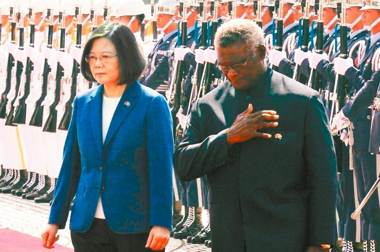 蔡英文總統(左)2017年9月以軍禮歡迎當時來訪的索羅門群島總理蘇嘉瓦瑞(右)。...