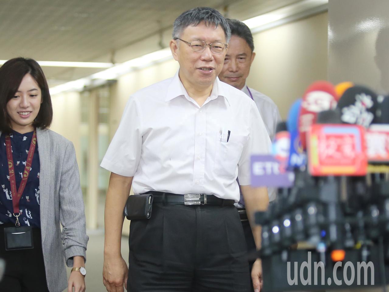 針對郭台銘宣布退出2020總統大選,柯文哲(中)上午受訪。記者曾學仁/攝影