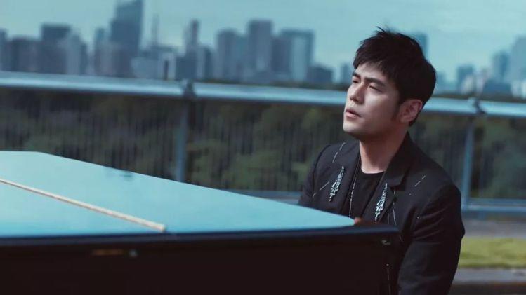 周杰倫在「說好不哭」MV中身穿JUST IN XX長版西裝外套。圖/取自周裕穎J...