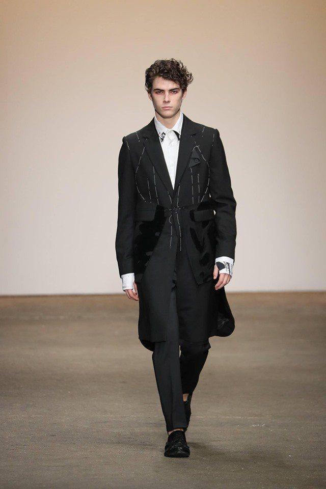 周杰倫所詮釋的訂製長版西服外套。圖/取自周裕穎JUST IN XX臉書