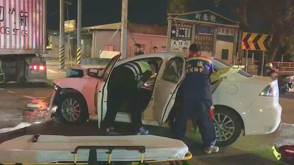 苗栗市新東大橋路口昨天深夜近12點發生貨櫃車、轎車碰撞車禍,轎車駕駛受傷,一度困...