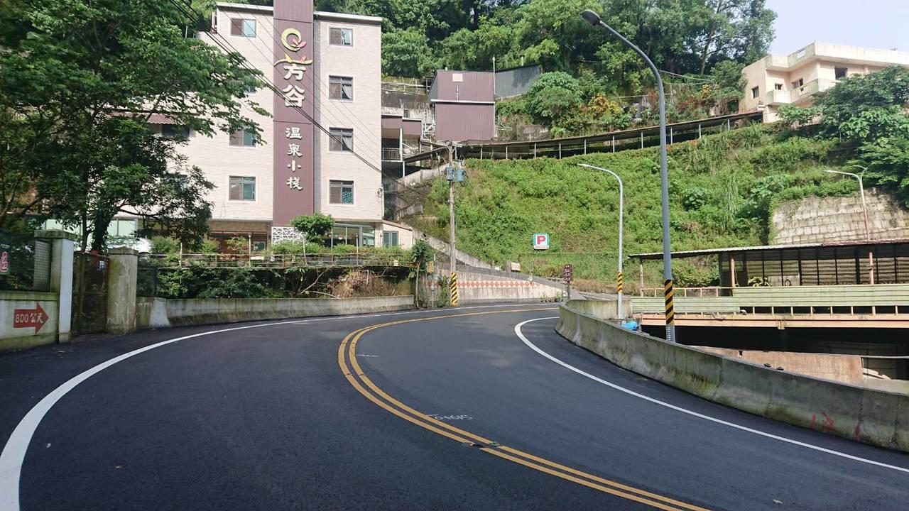 芳谷溫泉小棧前道路轉彎曲線半徑不足,台南市府工務局將野溪橋寬度由原本7公尺拓寬至...