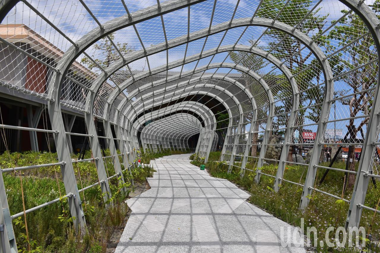 花蓮車站景觀工程將完工,預計會有藤蔓攀附而上,形成綠色隧道。記者王思慧/攝影