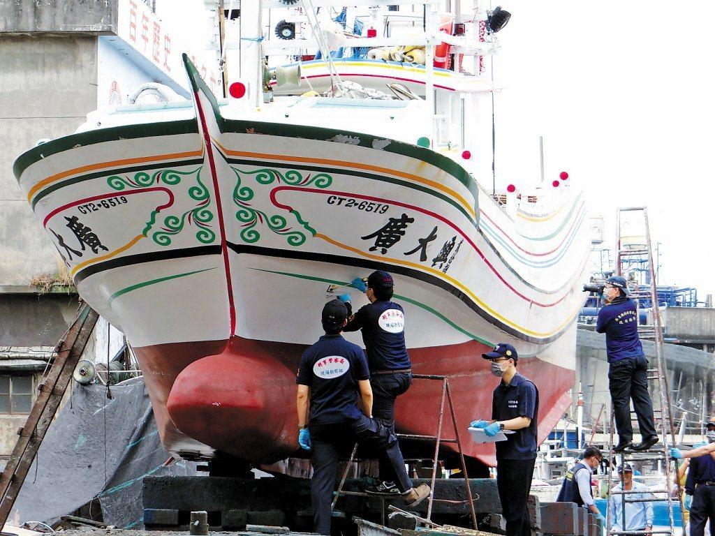 承辦廣大興案的前檢察官劉嘉凱回憶,當年登船看到船身遍布彈孔、彈痕,可想見遭掃射的...