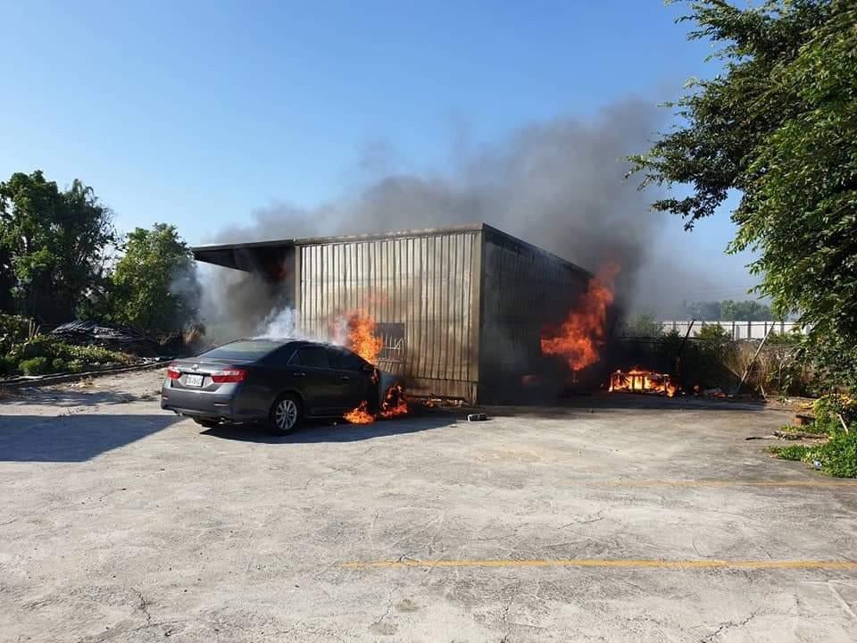 台中市清水區臨港路一間鐵皮屋今天發生火警,住戶及時逃出,但屋外轎車被燒毀。圖/台...