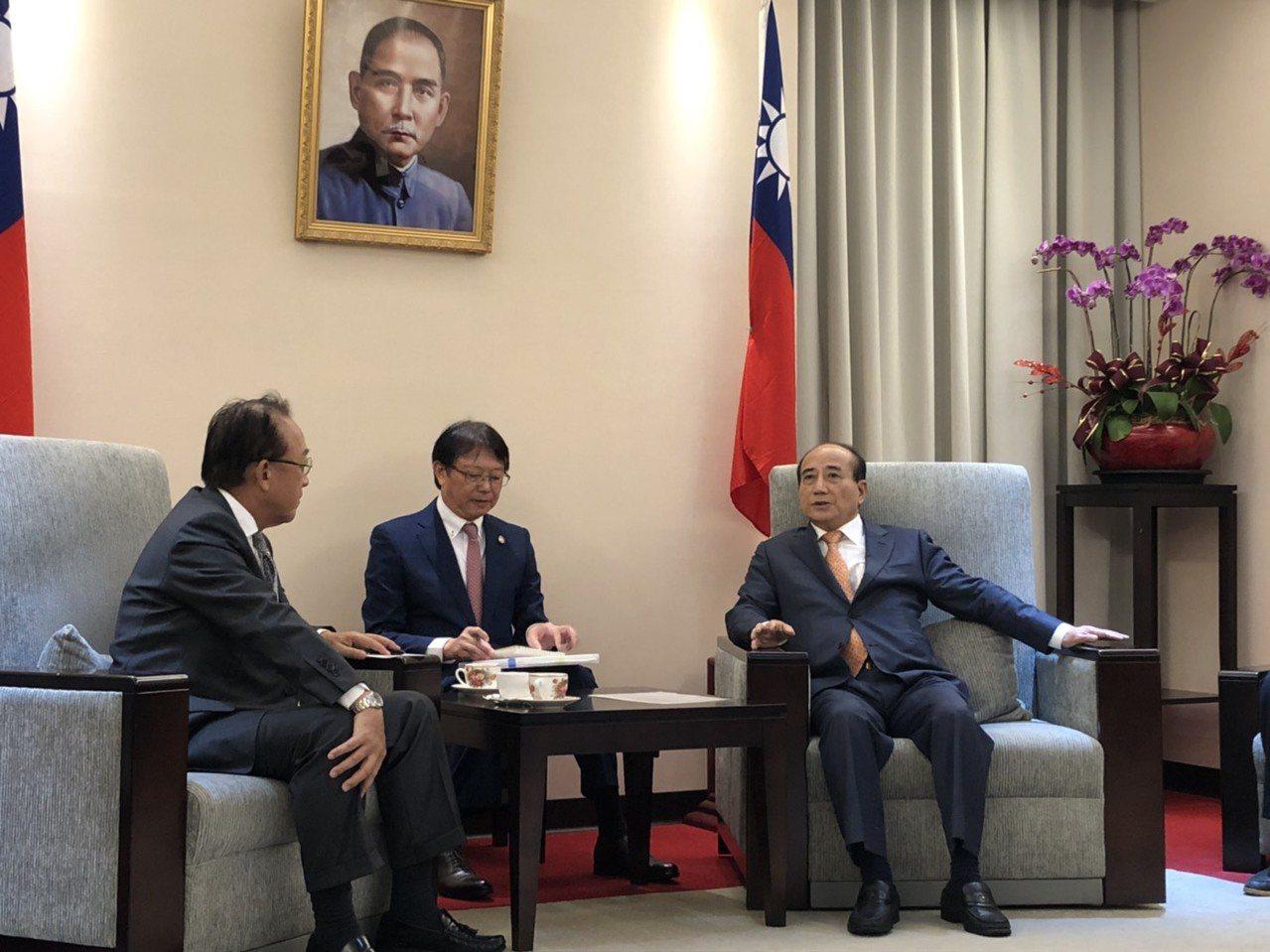 日本台灣交流協會代表沼田幹夫(左)拜會國民黨立委王金平(右)。記者張文馨/攝影