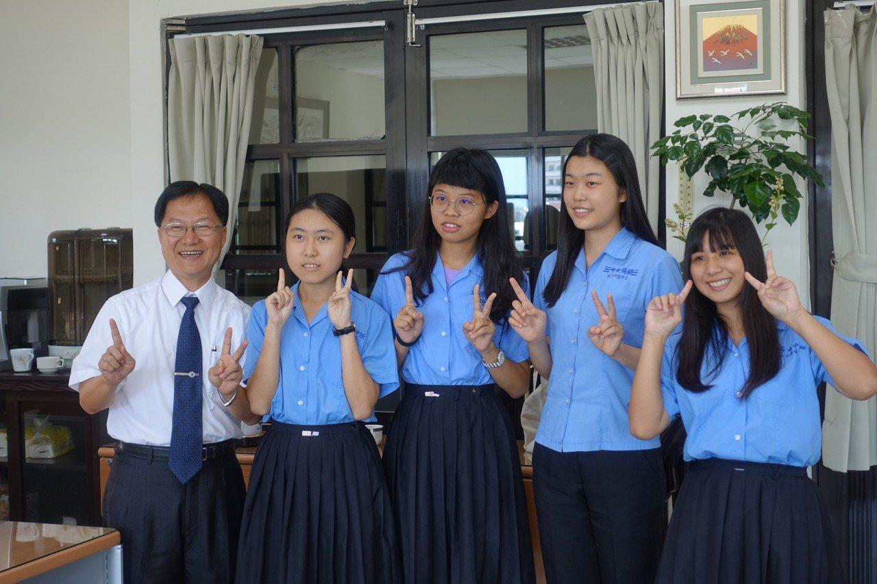 第十八屆蘭陽青年文學獎,蘭陽女中學生勇奪17個獎,由左至右依序是羅語柔、蔡慈、李...