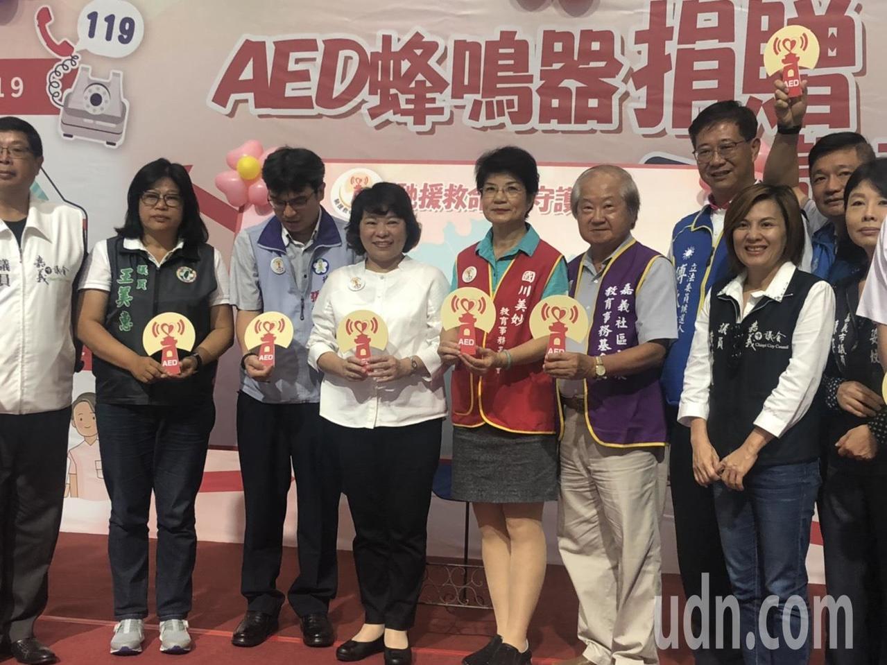 嘉義市長黃敏惠(左四)今天公布這款「會說話的AED」,在AED機台上方加裝蜂鳴器...