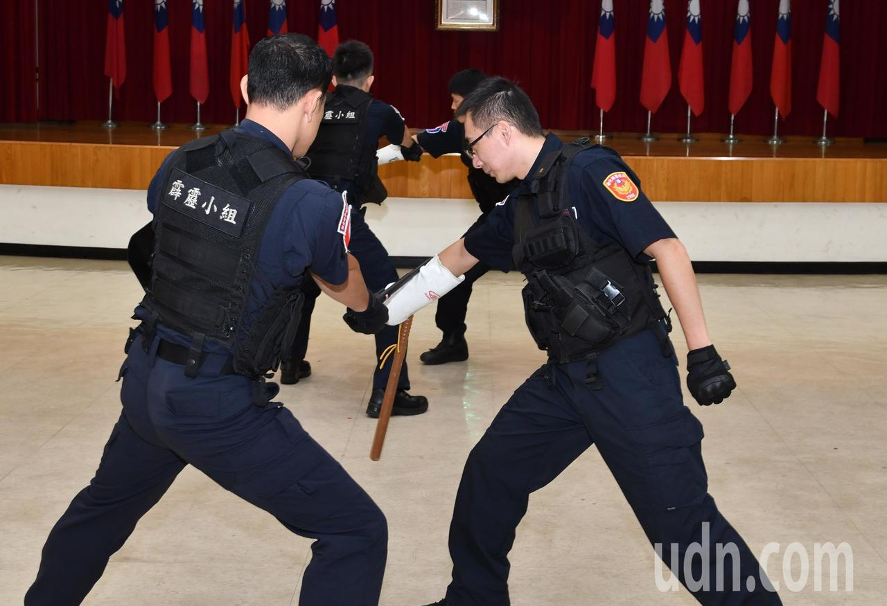 彰化縣警察局保安隊特殊任務小組警察演練使用臂盾的防護功能。記者何烱榮/攝影
