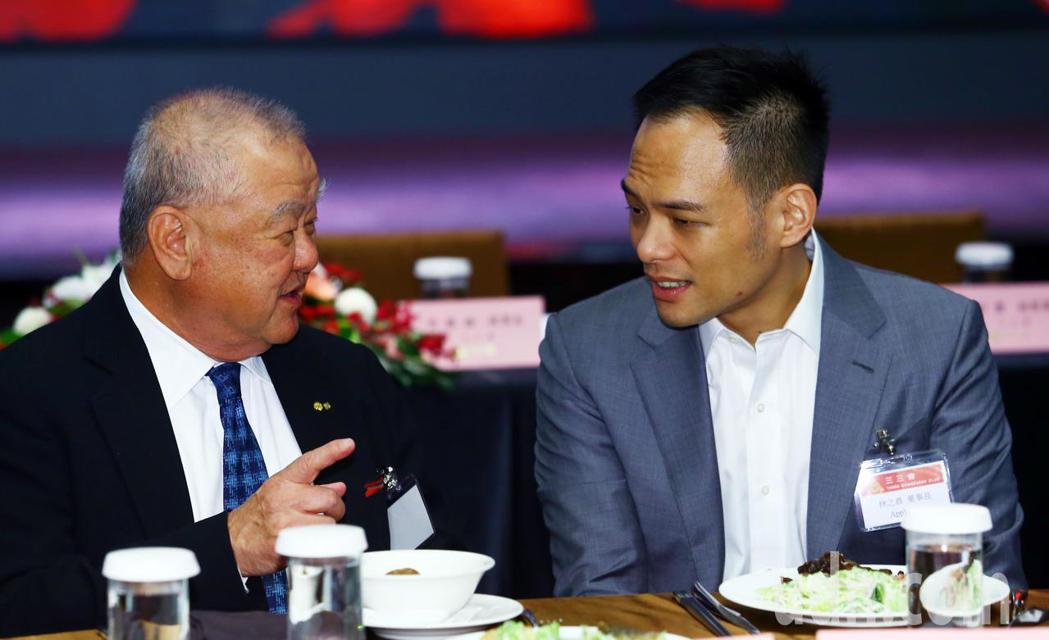 三三企業交流會邀請台哥大總經理林之晨(右)以「5G與超5G」為題發表演說,工商協...
