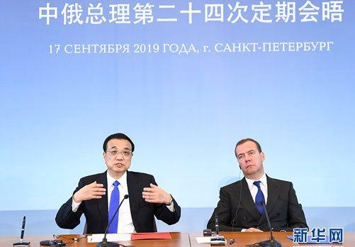 中國國務院總理李克強在聖彼德堡與俄羅斯總理梅德韋傑夫會晤後共同會見記者。(新華網...