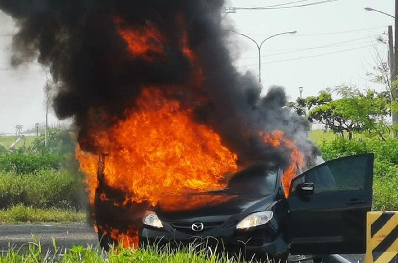 茄萣海邊路今天上午發生車燒車,警消趕到現場,救出受困女子。圖/翻攝自臉書「茄萣國...