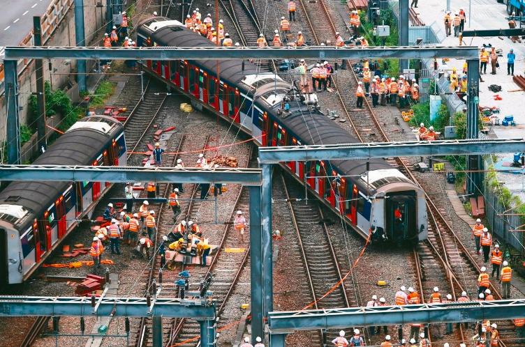 香港鐵路昨罕見地發生嚴重事故,一列東鐵線火車在開進紅磡總站時出軌,造成八人受傷,...