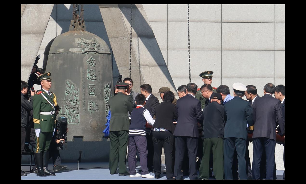 瀋陽在紀念紀念「九一八事變」活動上,撞響「九.一八」歷史博物館旁的「警世鍾」。(...