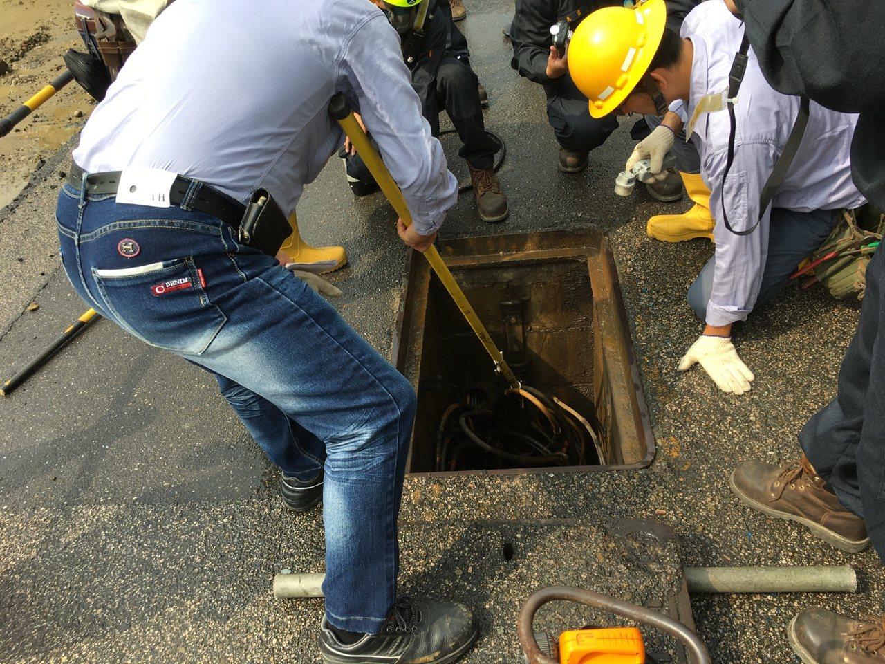 台電人員到場緊急搶修。記者謝進盛/翻攝