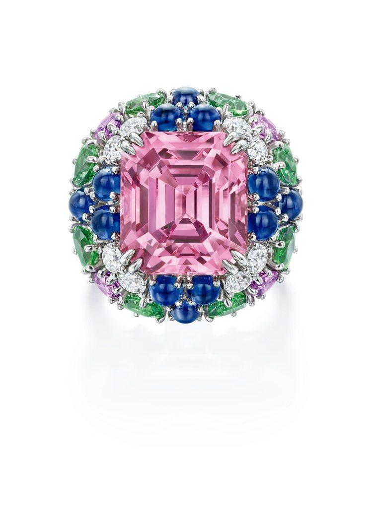 Winston Candy系列雞尾酒戒指,粉色尖晶石搭配沙弗萊石、彩色藍寶石,約...
