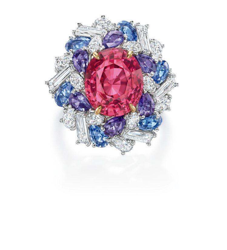 Winston Candy系列雞尾酒戒指,紅色尖晶石搭配藍紫色藍寶石,約666萬...