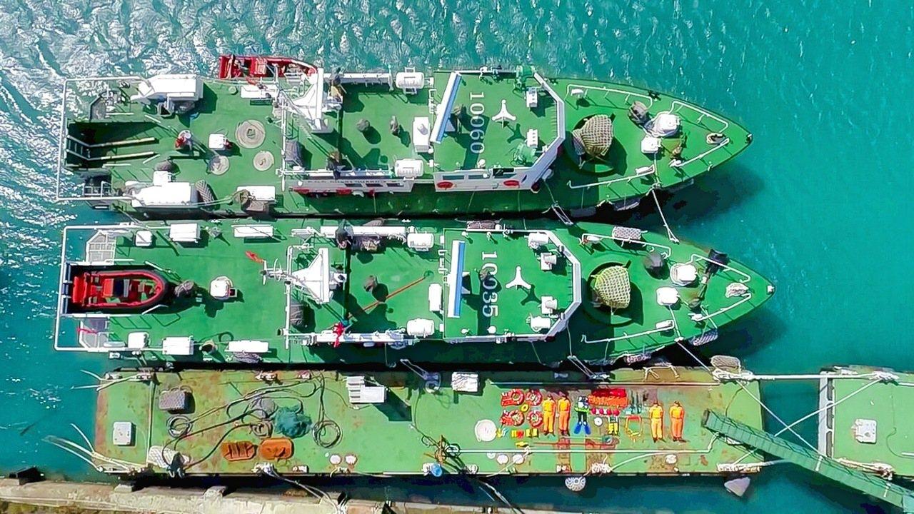 海岸巡防署今天透過粉絲專頁,呈現近期國內最「豪華」的「開箱」版本,搬出巡防艦進行...