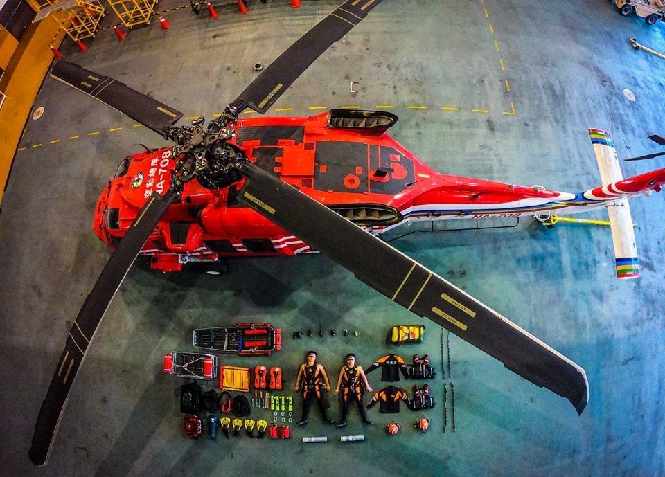 海岸巡防署今天透過粉絲專頁,呈現空勤吊掛分隊的裝備「開箱」。圖/海巡署
