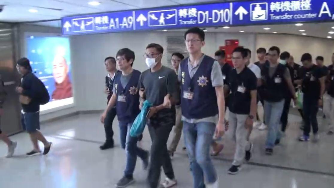 詐欺集團在泰國假冒檢警致電騙台灣人,刑事局與泰國警方合作,在當地破獲話務機房,逮...
