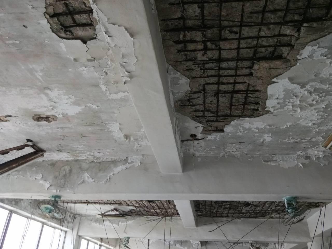 基隆富貴市場4樓鋼筋裸露、水泥崩落 市府將評估安全性。記者游明煌/攝影