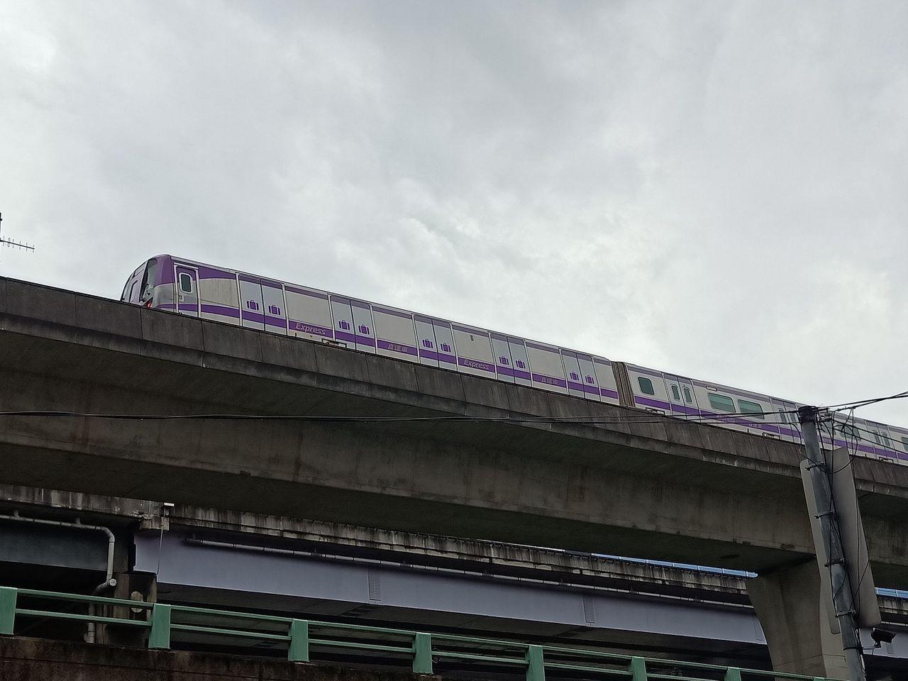 機捷列車停擺卡在臺北車站至泰山貴和站之間的軌道上,捷運公司已派接駁車進行疏運。記...