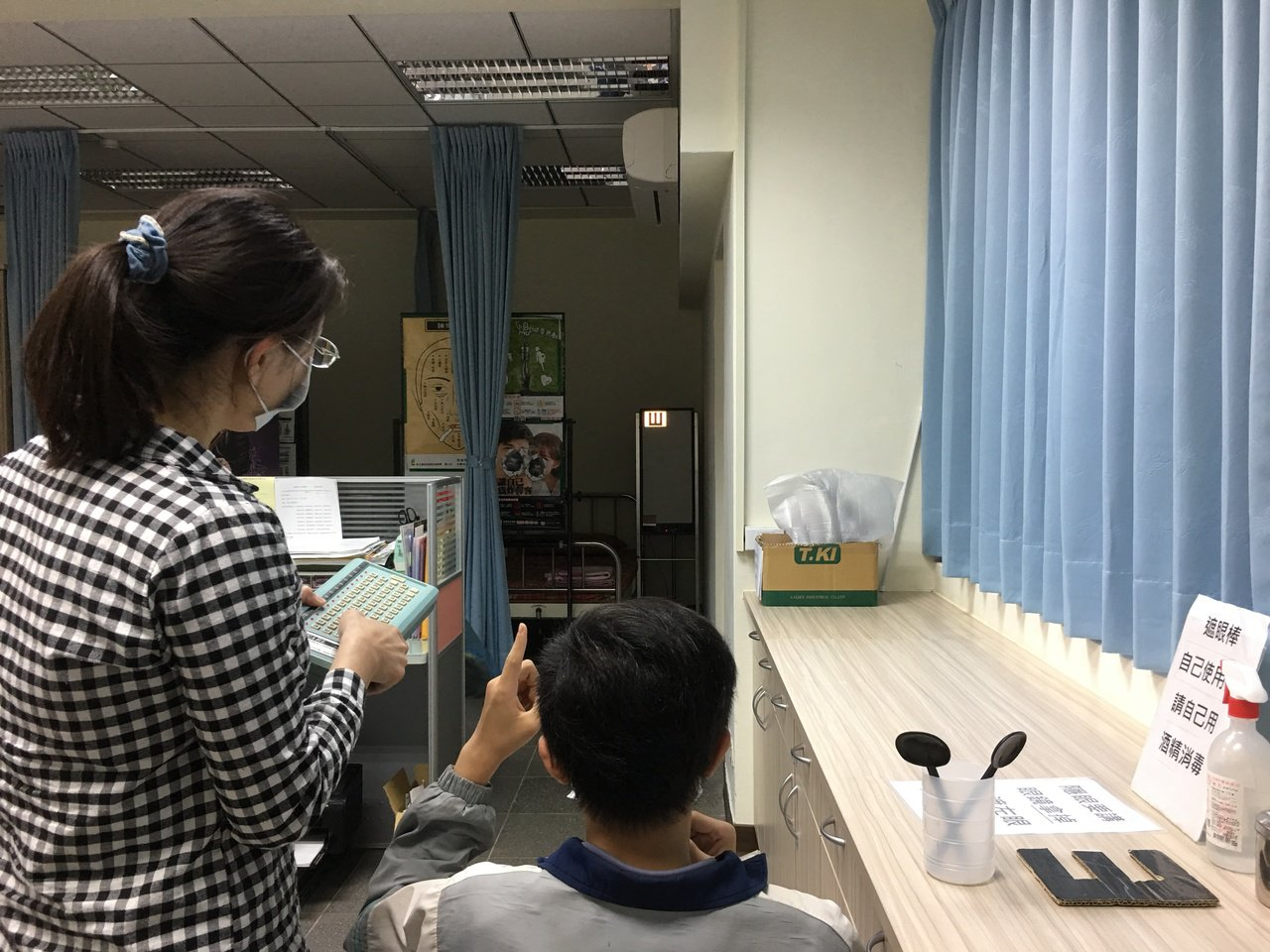 新學期開始,學校陸續施行學生健檢,據107學年度數據顯示,桃市國中小學生視力不良...