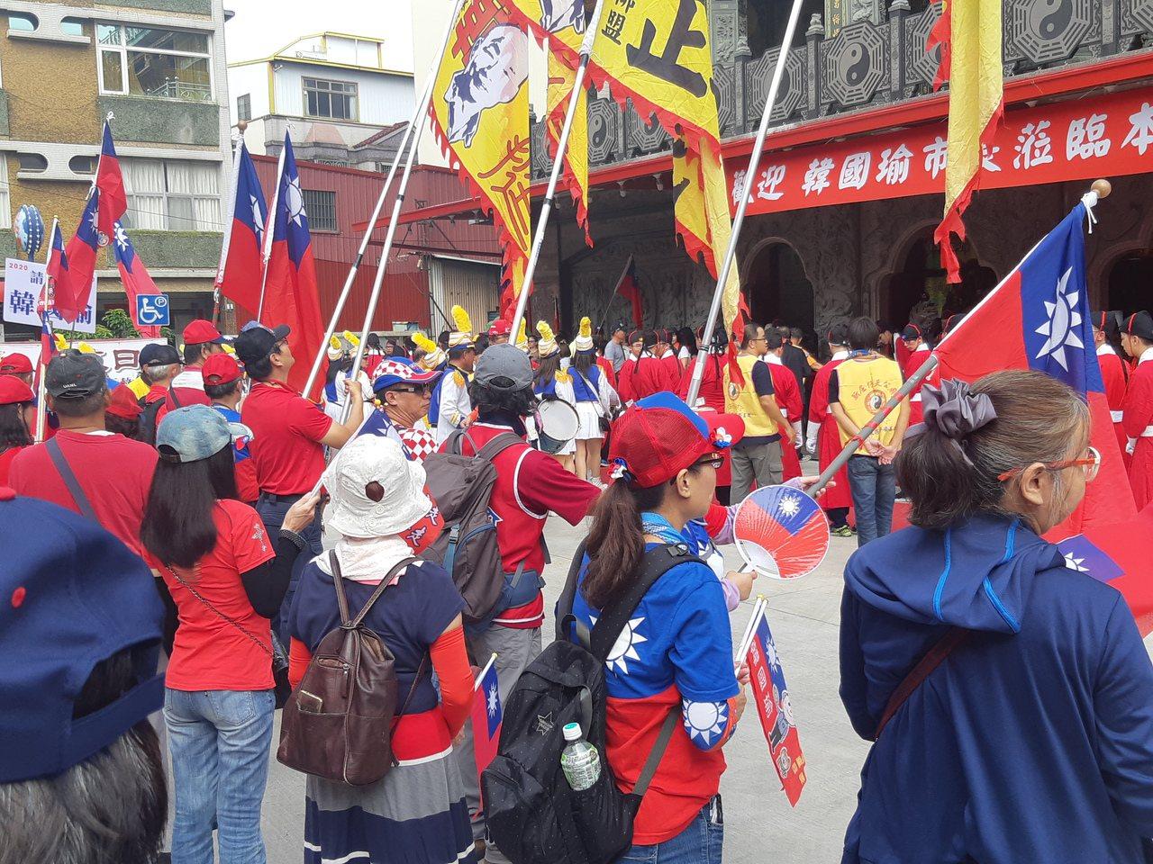 高雄市長韓國瑜今前往左營新庄仔天公廟參拜,遭嗆「落跑市長」。記者賴郁薇/攝影
