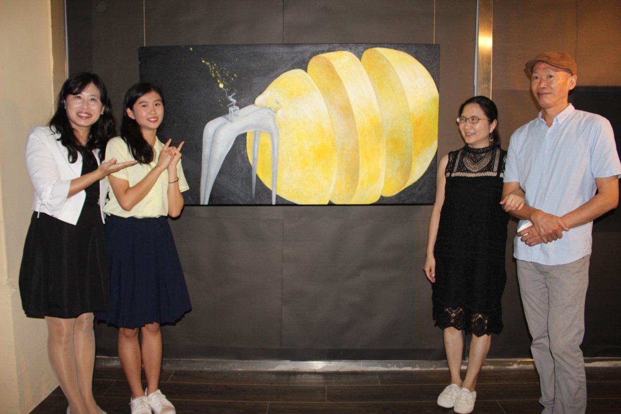 新竹高商高三學生莊慶怡(左二)在18歲的年紀為自己辦一場個人展,成為新竹糕商近8...
