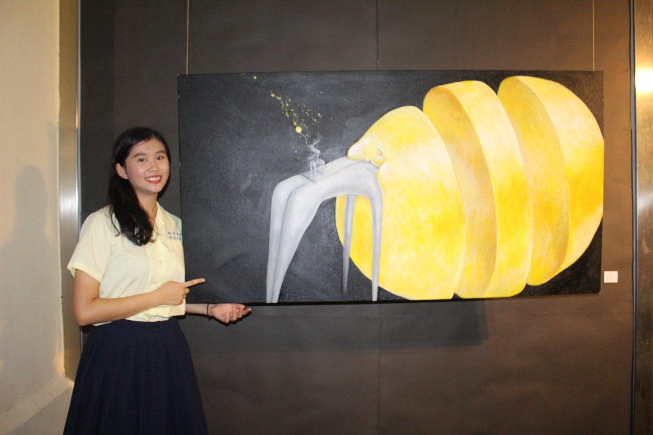 新竹高商高三學生莊慶怡在18歲的年紀為自己辦一場個人展,成為新竹糕商近80年首位...
