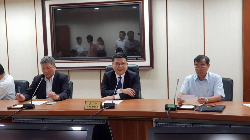 經濟部能源局副局長李君禮(左)、經濟部政務次長曾文生(中)。記者戴瑞瑤╱攝影