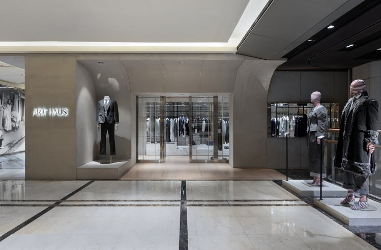 ART HAUS新光三越A4旗艦店展示5套THOM BROWNE經典造型。圖/A...