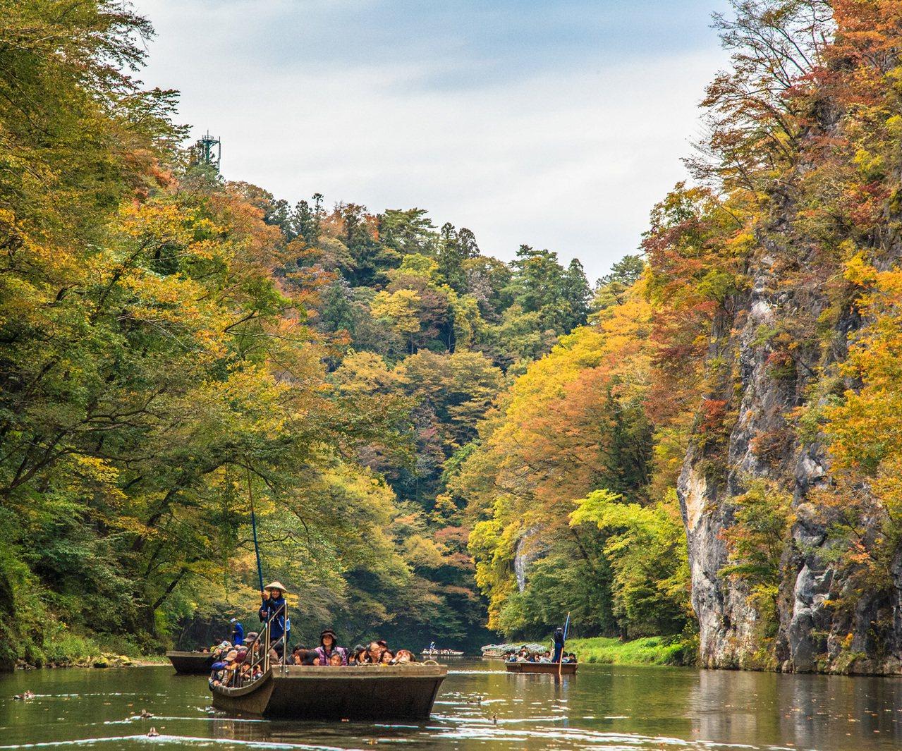 在猊鼻渓的峽谷之間,可看見船夫駛船而過的身影。圖/JR東日本提供