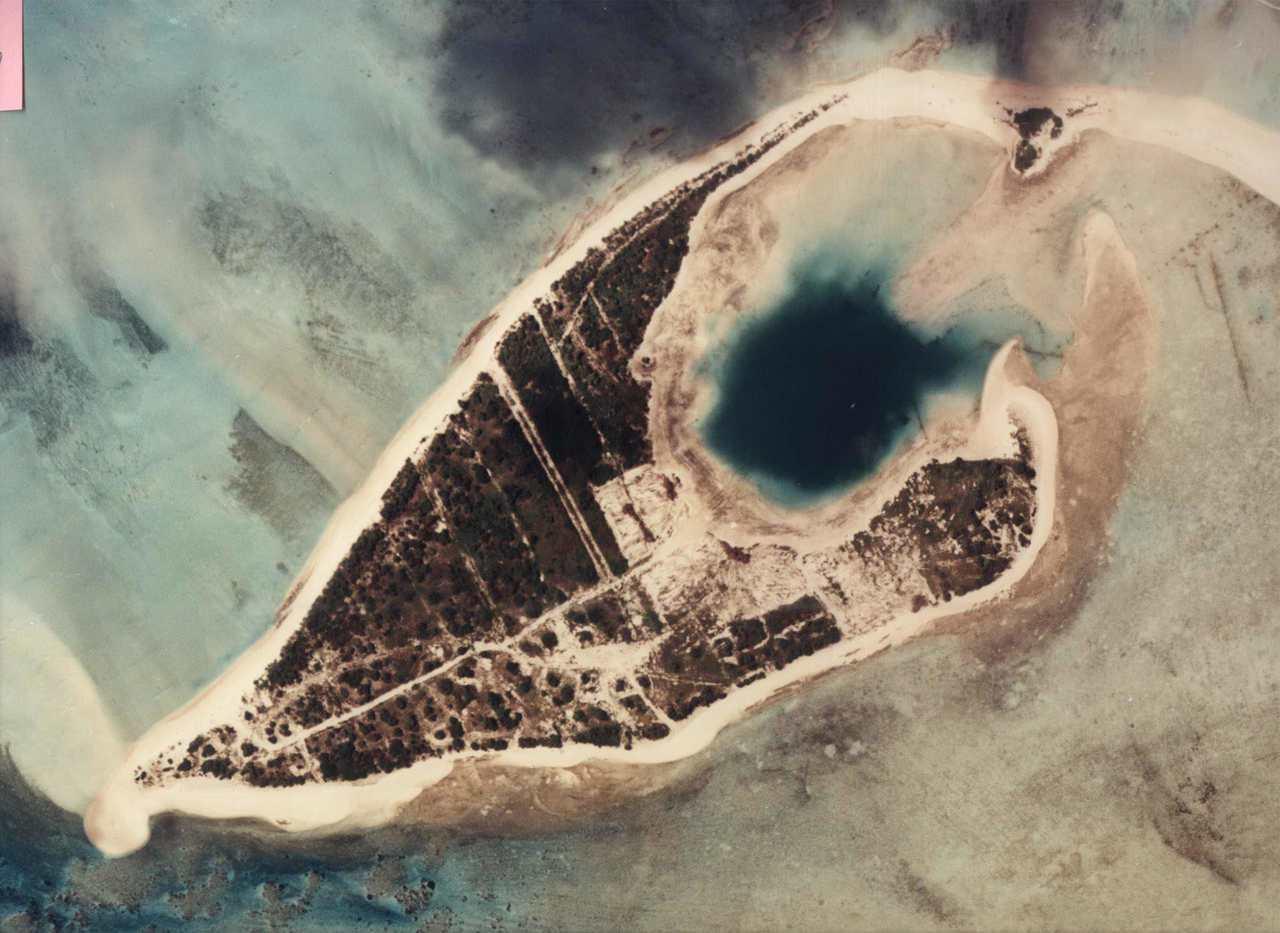 美軍在馬紹爾群島西北埃內塔韋克環礁進行多次核子試爆,圖右上角潟湖是1956年試爆...