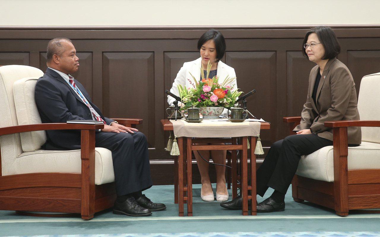 總統蔡英文(右)今年7月9日在總統府接見帛琉共和國副總統歐宜樓(Raynold ...