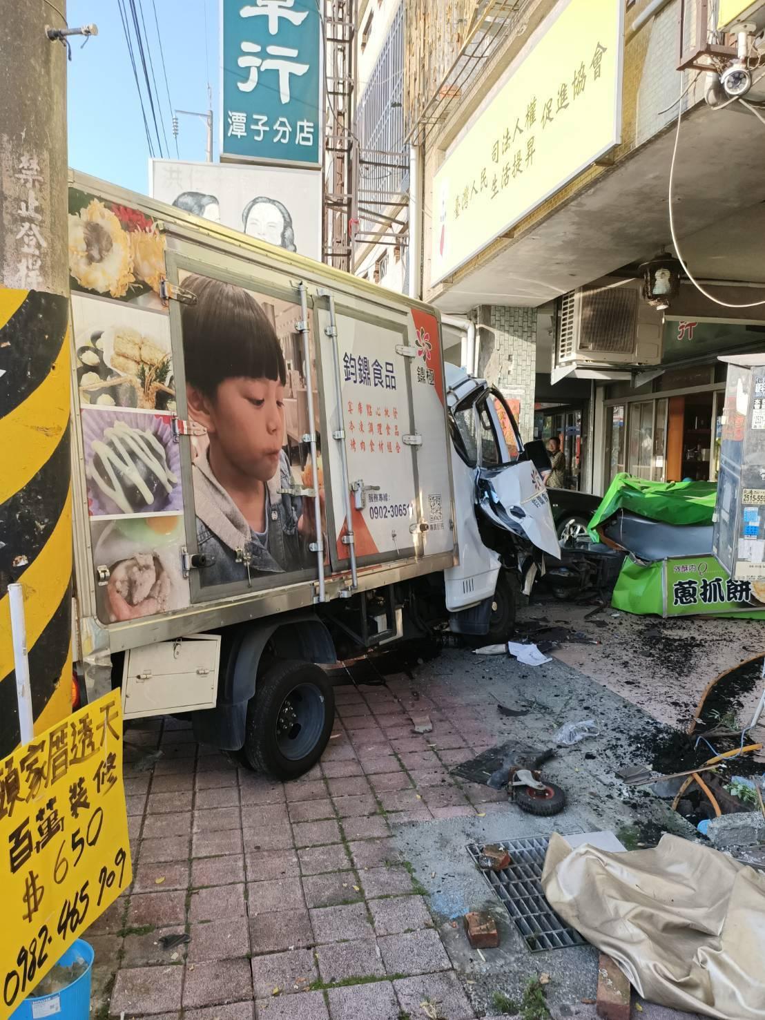台中市潭子區中山路一段今天下午4時許傳出連環車禍,2輛貨車衝進民宅內,導致5人受...