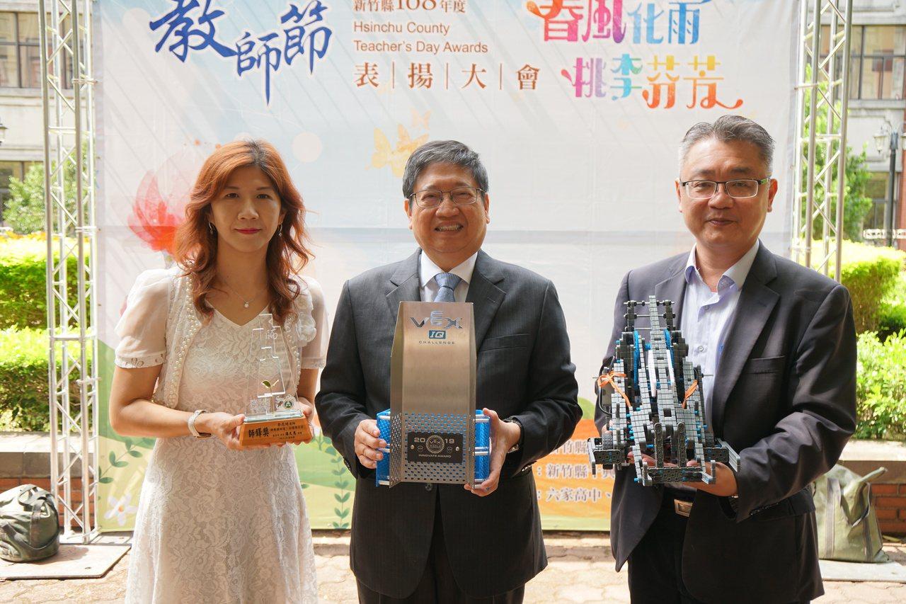 新竹縣十興國小教務主任李昆璉(左一)獲得教育部師鐸獎。記者郭政芬/攝影