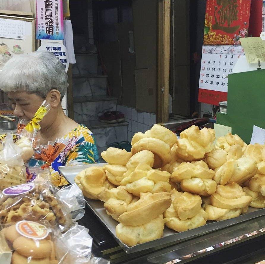 台南百珍麵包蛋糕的大泡芙,對半切包餡,鬆脆冰涼。IG @b20072001 提供...
